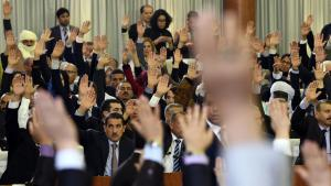 Abstimmung im Parlament in Algier; Foto: Getty Images/AFP/F. Batiche