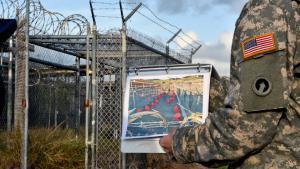 """US-Militär zeigt vor Gefangenenlager Guantanamo Inhaftierte des berüchtigten""""Camp X-Ray""""; Foto: Getty Images/AFP/M. Antonov"""