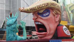 """Rosenmontagswagen mit einer Abbildung von Donald Trump und der Aufschrift """"Make Fascism Great Again"""" in Düsseldorf; Foto: picture-alliance/dpa/F. Gambarini"""