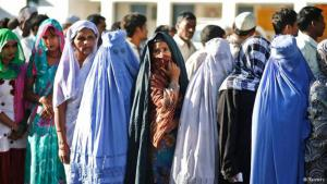Muslimische Frauen in einer Warteschlange vor den Wahllokalen im indischen Bundesstaat Uttar Pradesh am 10. April 2014; Foto: Reuters