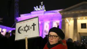 """Mahnwache für ein """"weltoffenes und tolerantes Deutschland und für Meinungs- und Religionsfreiheit"""" am Brandenburger Tor in Berlin; Foto: Kay Nietfeld/dpa"""
