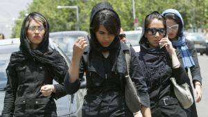 Junge Iranerinnen vor einem Einkaufszentrum im Nordwesten Teherans; Foto: Getty Images/AFP/B. Mehri