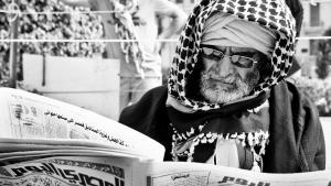 "Ägypter liest Tageszeitung ""Al-Masry al-Yaum""; Foto: Mosa'ab Elshamy"