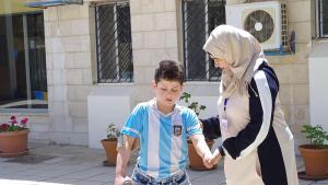 Flüchtlingskind Basil al-Riyabi und Physiotherapeutin Rasha Qasim in Amman; Foto: Claudia Mende