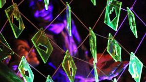 """Die """"Gedächtnismatrix"""" ist ein zeitlich begrenzter Eingriff in den öffentlichen Raum durch die bosnisch-österreichische Künstlerin und Architekturhistorikerin Azra Aksamija. Tausende von Bildpunkten aus Plexiglas wurden so angeordnet, dass sie ein digitales physisches Bild von Aspekten zerstörten Kulturerbes ergeben. Jeder Bildpunkt wurde von Projektteilnehmern entworfen und enthält Umrisse von Gebäuden und zerstörten Kulturgütern."""