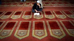 Muslim liest in der Al-Azhar-Moschee in Kairo im Koran; Foto: AFP