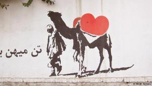 """Street-Art in Afghanistans Hauptstadt: Es sind die Wände der Reichen und Mächtigen, die sich """"Afghanistans Banksys"""" aussuchen. Denn wie ihr Vorbild, der berühmte Graffiti-Künstler aus Großbritannien, haben die afghanischen Aktivisten eine Botschaft. Ihre Bilder thematisieren die sozialen Probleme des Landes nach fast vier Jahrzehnten Krieg."""