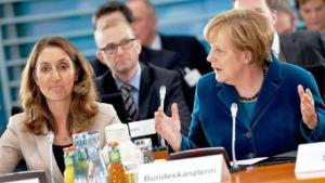 Die Integrationsbeauftragte der Bundesregierung, Aydan Özoguz, und Bundeskanzlerin Angela Merkel auf dem Integrationsgipfel im Kanzleramt; Foto: dpa