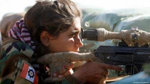 Iranisch-kurdische Kämpferin der PAK beim Einsatz gegen den IS in der Nähe von Mossul; Foto: Reuters