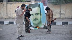 Islamisten der Al-Nusra-Front verbrennen Assad-Plakat in Idlib; Foto: Getty Images/AFP/O. Haj Kadour
