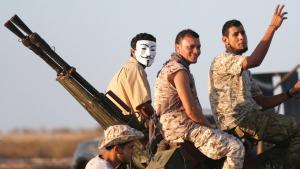 """Kämpfer der von den UN unterstützten libyschen Regierung operieren im August 2016 gegen den """"Islamischen Staat"""" vor der Küstenstadt Sirte; Foto: Reuters"""
