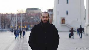 """Eine neue Heimat: Majd Kara war noch nie zuvor in Vilnius. Nun ist die Hauptstadt Litauens zur neuen Heimat des syrischen Malers geworden. Sogar ein Atelier in der Nähe des Stadtzentrums hat er gefunden. """"Leider werde ich nicht mehr lange dort bleiben können, weil es keine Heizung gibt. Aber ich werde bestimmt was Neues finden. Und ich werde weiter malen"""", sagt er."""