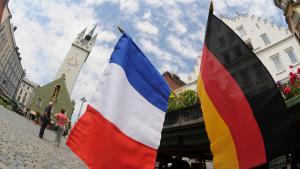 Französische und deutsche Fahnen in der Innenstadt von Straubing (Niederbayern); Foto: dpa/picture-alliance
