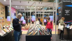Besucher stehen am deutschen Stand der Internationalen Buchmesse in Istanbul; Foto: dpa/picture-alliance