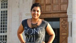 Die tunesische Rapperin Boutheina El Alouadi vor dem Kulturzentrum in Nabeul; Foto: Julia Neumann