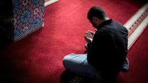 Gläubiger Muslim während des Gebets in einer Hamburger Moschee; Foto: picture-alliance/dpa