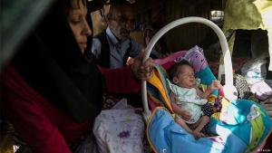 Eine obdachlose Drogenabhängige mit ihrem Kind in den Straßen Teherans; Foto: Tasnim