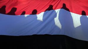 Jugendliche protestieren auf dem Tahrir-Platz in Kairo hinter ägyptischer Nationalfahne; Foto: dpa