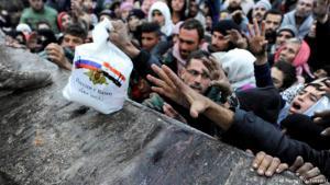 """""""Russland ist mit Euch!"""": Russische Lebensmittelhilfe im umkämpften Aleppo; Foto: Reuters"""