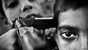 """Langzeitprojekt """"Kashmir"""": Die Grenzregion Kashmir gilt als militarisierteste Zone der Welt, sowohl Indien als auch Pakistan erheben Gebietsansprüche. Knapp 70.000 Menschen fielen dem Konflikt seit 1989 bereits zum Opfer. Für sein Langszeitprojekt """"Kashmir"""" erhielt Andy Spyra 2010 den """"Leica Oskar Barnack Award"""". """"Die beiden kleinen Jungs auf dem Foto kennen nichts anderes als Gewalt"""", sagt Spyra über dieses Foto."""