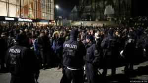 Polizeikette vor Ankommenden am Kölner Hauptbahnhof an Silvester 2016/17; Foto: Getty Images