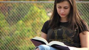 Lesende Teenagerin; Quelle: freestockphotos.biz