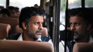 Siras Gesicht spiegelt sich in der Fensterscheibe des Busses, während er hinaus schaut; Foto: indianexpress.com