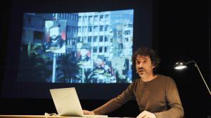 """Mroué während seiner Lecture-Performance """"The Pixelated Revolution""""; Quelle: kampnagel.de"""