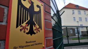 Schild des Bundesministeriums für Migration und Flüchtlinge in Chemnitz; Foto: dpa/picture-alliance