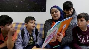 Amena Ragess liest Kindern in einer Flüchtlingsunterkunft Geschichten auf Deutsch und Arabisch vor; Foto:Jasmin Zikry