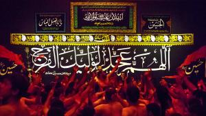 """Eines der beeindrucktesten sogenannten """"Hussainiya"""" liegt in Kashan, zwei Autostunden südlich von Teheran. Die """"Mad of Hussain""""-Gemeinschaft trifft sich dort jeden Nachmittag während des Monats Muharram. Bei der Erwähnung von Husseins Tod stöhnen die Männer vor Schmerzen auf, weinen und klagen in Gedanken an Hussains letze Schlacht: Der Enkel des Propheten unterlag im Machtkampf um die Führerschaft der Muslime dem Kalifen Yazid I und starb 680 als Märtyrer in der Schlacht von Kerbela."""