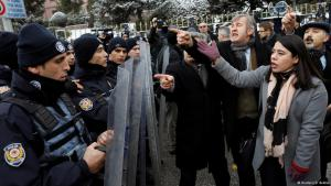 Proteste von NGO-Mitarbeitern gegen die Verabschiedung der Verfassungsänderung im Januar 2017; Foto: Reuters/U.Bektas