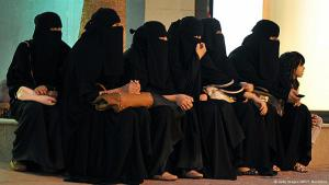 Saudische Frauen warten in einer Halle auf die Ankunft ihrer Fahrer; Foto: Getty Images/AFP/F. Nureldine