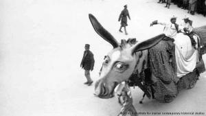 """Laut Studien des """"Zentrums für Geschichte des zeitgenössischen Irans"""" begann der erste sogenannte """"D'Arcy-Karneval"""" im Jahr 1933. Anlass für die Feierlichkeiten war die einseitige Kündigung des """"D'Arcy-Konzessionsvertrag"""" durch den Iran als Folge von Meinungsverschiedenheiten zwischen der iranischen und der britischen Regierung in Hinblick auf die Einflussnahme der """"Anglo-Persian Oil Company"""" im Land."""