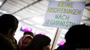 Proteste von Mitgliedern des Bayrischen Flüchtlingsrats auf dem Münchener Flughafen gegen Abschiebungen nach Afghanistan; Foto: dpa/picture-alliance