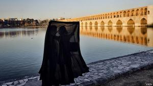 Iranisches Liebespaar unter einem Tschador in Esfahan; Foto: Mehr