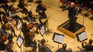 Daniel Barenboim dirigiet während einer Probe des West-Eastern Divan Orchestra im Pierre Boulez Saal in der Barenboim-Said Akademie; Foto: picture-alliance/dpa