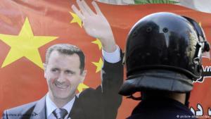 Flagge mit Konterfei des syrischen Diktators Assad vor der syrischen Botschaft in Beirut; Foto: picture-alliance/dpa