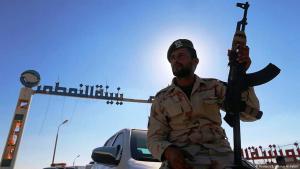 """Soldat der """"libyschen Nationalarmee"""" von General Haftar vor einem Ölterminal in Zueitina; Foto: Reuters"""