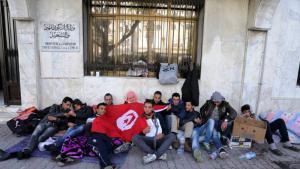 Arbeitslose Tunesier protestieren vor einem Ministerium in Tunis gegen die miserable Jobsituation in ihrem Land; Foto: dpa/picture-alliance/Mohamed Messara