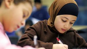 Grundschülerin mit Kopftuch im Unterricht; Foto: picture-alliance/dpa/F.Heyder