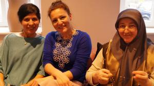 """Ann-Kathrin Carstensen, Gründerin des Mode-Label """"Rita in Palma"""" (m.), gemeinsam mit ihren Mitarbeiterinnen des Berliner Betriebs; Foto: Ceyda Nurtsch"""
