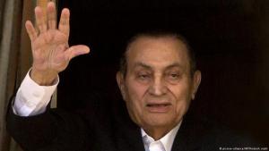 Ex-Diktator Hosni Mubarak winkt seinen Anhängern aus seinem Zimmer im Militärhospital in Maadi, Kairo,  zu; Foto: AP/picture-alliance