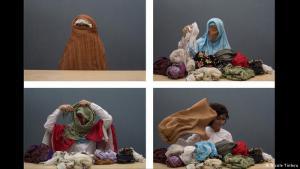 """Unterm Kopftuch:  Muslimische Frauen, die ihre Haare bedecken, sind keine Marionetten ihres Glaubens, meint Nilbar Güres. """"Soyunma/Undressing"""" (2006) heißt ihre Videoperformance im Jüdischen Museum Berlin - hier vier Standbilder daraus. Die Künstlerin legt darin Schleier um Schleier ab, während sie die Namen der Frauen ihrer Familie murmelt."""