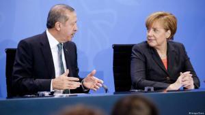 Die deutsche Kanzlerin Angela Merkel mit dem türkischen Präsidenten Recep Tayyip Erdogan auf einer Pressekonferenz im April 2016; Foto: Imago/Zuma