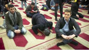 Constantin Schreiber (rechts) bei seinen Recherchen in deutschen Moscheen; Foto: ARD