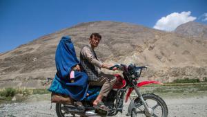 """Die Bevölkerung des Pamir besteht hauptsächlich aus Ismailiten, die zum schiitischen Islam gehören und der Lehre des Aga Khan folgen. Aber einige Gebiete werden auch von konservativen Sunniten kontrolliert. Dort müssen die Frauen die Burka tragen. Von gemäßigten Afghanen werden die Sunniten """"Langbärte"""" genannt – in Erinnerung an die Taliban."""