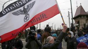 """""""Deutschland - meine Heimat"""" heißt es auf diesem Banner eines Pegida-Demonstranten in Dresden, Februar 2017 (Foto: Reuters/Matthias Schumann)"""