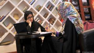 Frauen in Saudi Arabien in einem Buchcafe in Jeddah_2010. Foto: Getty Images /AHilbai