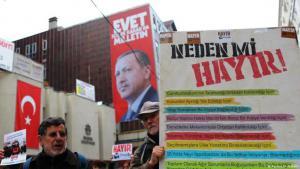 """Unterstützer der """"Hayir"""" (nein) Kampagne vor der Fußgängerzone in der Istiklal-Straße in Istanbul (Foto: Reuters/H. Aldemir)"""